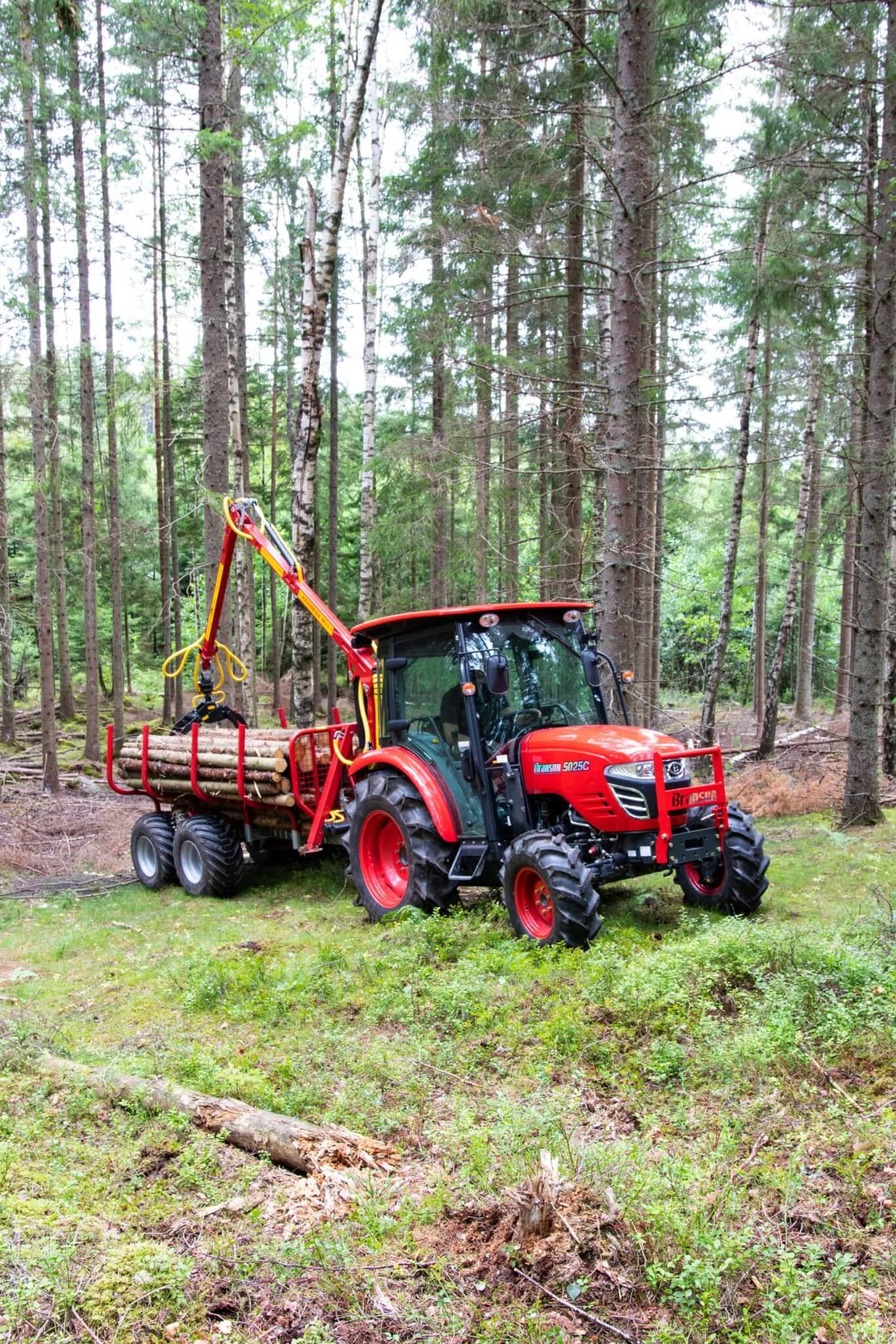 Griplastarvagn med drivning till traktor i skogen T5000ex kranman