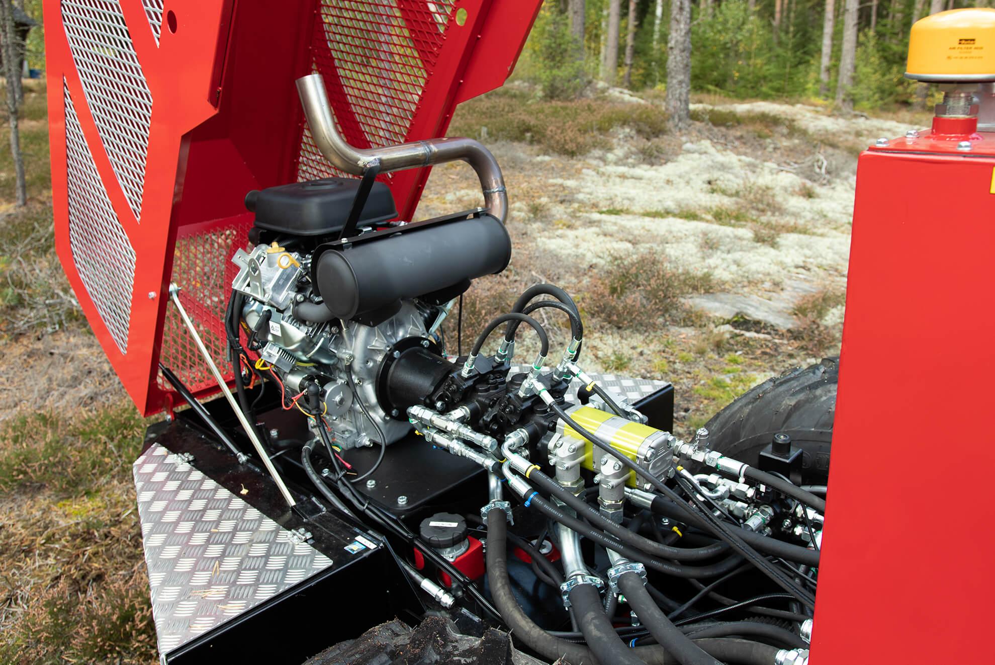 Med huven öppen på motorn i Kranman 520S